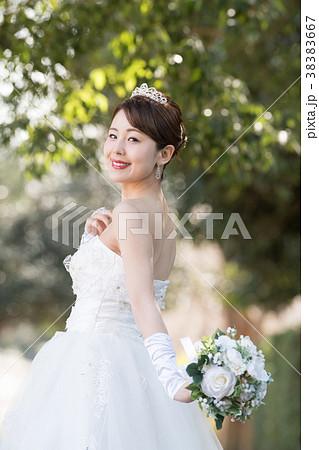 ウエディングドレスの女性 ブライダル 花嫁 38383667