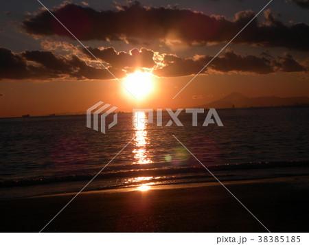 稲毛海岸の日没前の太陽 38385185