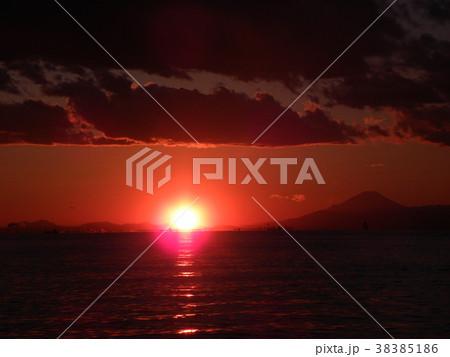 稲毛海岸の日没前の太陽と富士山 38385186