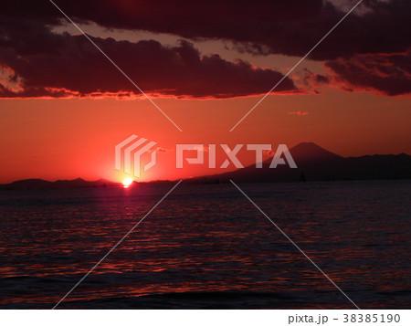 稲毛海岸の日没前の太陽と富士山 38385190