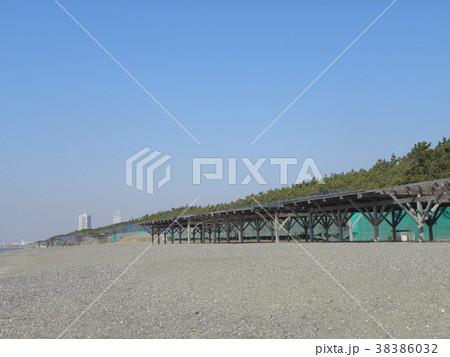 パーゴラの有る稲毛海岸の砂浜の景色 38386032
