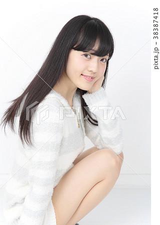 若い女性 ヘアスタイル 38387418
