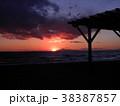 稲毛海岸の夕日と富士山 38387857