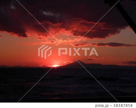 稲毛海岸の日没後の富士山 38387858