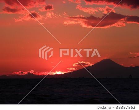 稲毛海岸の日没後の富士山 38387862