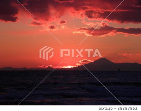 稲毛海岸の日没後の富士山 38387863