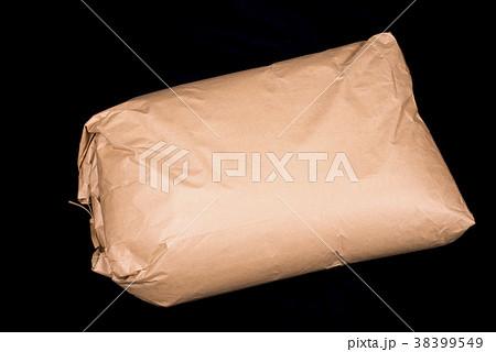 黒バックの30kgの米袋 38399549