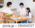 若い家族(朝食) 38404537