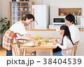 若い家族(朝食) 38404539