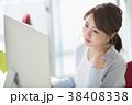 悩むビジネスウーマン オフィスで働く若い女性 38408338