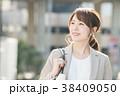 笑顔 ビジネスウーマン 通勤の写真 38409050
