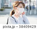 マスクをするビジネスウーマン 38409429