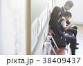 お受験の面接を待つ親子 38409437
