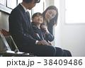 お受験の面接を待つ親子 38409486