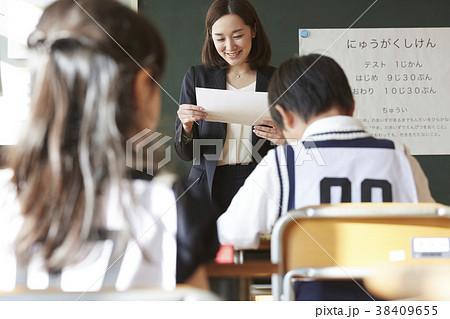 お受験の試験会場 38409655