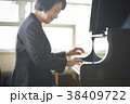 ピアノを弾く教師 38409722