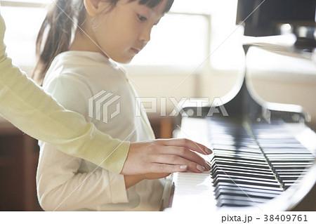 音楽室にいる教師と生徒 38409761