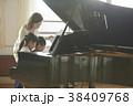 音楽室にいる教師と生徒 38409768