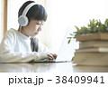 パソコンを操作する女の子 38409941