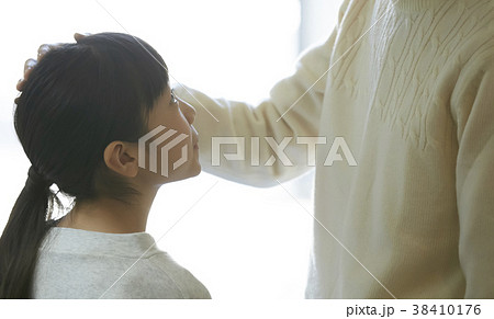 娘の頭を撫でる父親 38410176