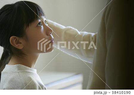 娘の頭を撫でる父親 38410190