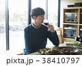 食事をする男性 38410797