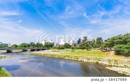 春の京都 賀茂大橋と高野川 38437989