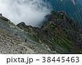 槍ヶ岳稜線から見る雲湧く東鎌尾根と登山者 38445463