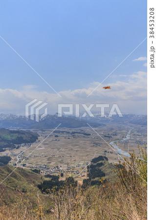 春の坂戸山の山頂から見た風景 38453208