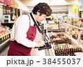 スーパー 店員 男性の写真 38455037
