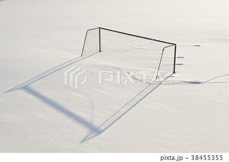 真冬の学校のグラウンドに雪に埋もれたサッカーゴールの風景を撮影 38455355