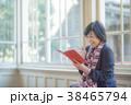 窓際の女性 本を読む女性 ベンチに座る女性  窓際のベンチで何かひらめく 38465794