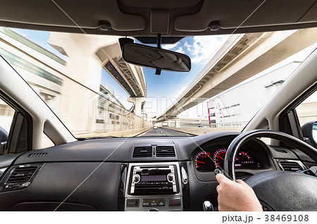 運転席からの見える都会の景色 38469108