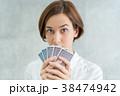 カードを持つ女性(選択・可能性・選ぶ) 38474942