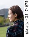 公園でリラックスする女性 38474975