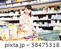 スーパー 買い物 女性の写真 38475318