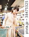 スーパー 買い物 女性の写真 38475325