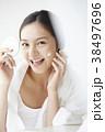 女性 鏡 ビューティーの写真 38497696