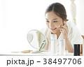 女性 鏡 見るの写真 38497706
