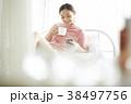 女性 ベッド リラックスの写真 38497756