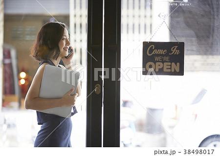 女性 ビジネス カフェ 38498017