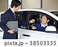 自動車ディーラー 鍵を受け取る男性 38503335