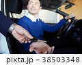 自動車ディーラー 鍵を受け取る男性 38503348