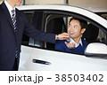 自動車ディーラー 鍵を受け取る男性 38503402