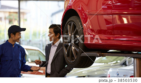 自動車整備 ピット 依頼を受ける整備士 38503530