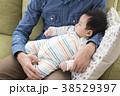 イクメン 赤ちゃん 抱っこの写真 38529397