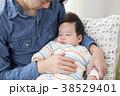 イクメン 赤ちゃん 抱っこの写真 38529401