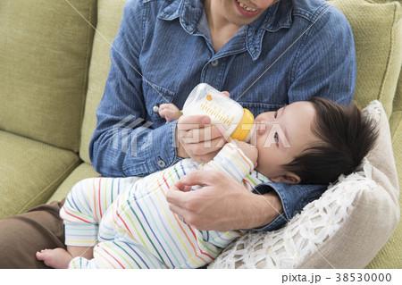 赤ちゃんにミルクをあげるパパ 38530000