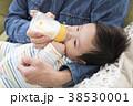 赤ちゃんにミルクをあげるパパ 38530001