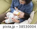 ミルク 赤ちゃん 親子の写真 38530004